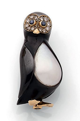 "FRED Clip ""pingouin"" Email noir, nacre, diamants, saphirs et or jaune 18K (750)...."