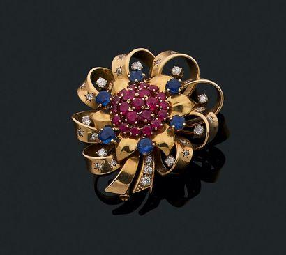 """Clip """"fleur"""" Rubis, saphirs, diamants de taille ancienne et or 18k (750). Diam.:..."""