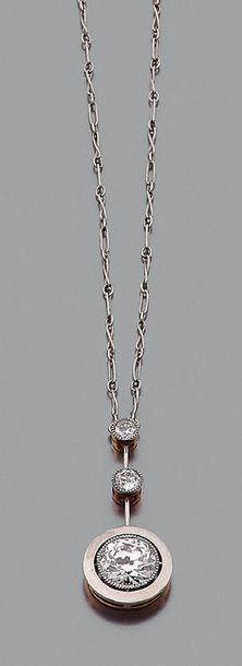 """Collier """"diamants"""" Diamant demi taille, rehaussé de deux diamants, or gris 18k (750)..."""