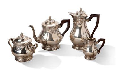 SUITE DE TROIS SERVICES Service à thé, café en argent et vermeil armorié CR à panses...