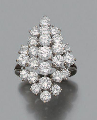 """Bague """"bouquet"""" Diamants de taille brillant, or gris 18k (750). Poids total des..."""
