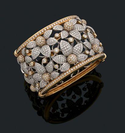 Bracelet «manchette de fleurs» Diamants de taille brillant, or jaune et gris 18k...