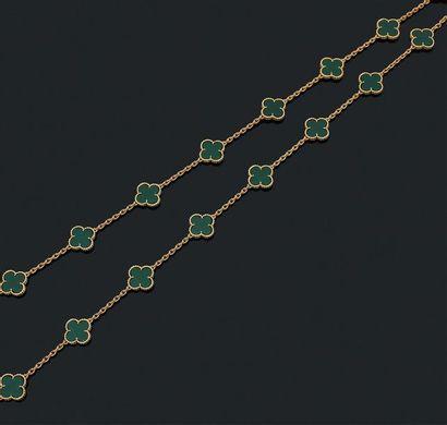 VAN CLEEF & ARPELS Sautoir «Alhambra» Chrysoprase et or jaune 18k (750) Signé et...