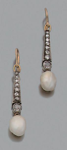 Paire de pendants d'oreilles Perles fines...
