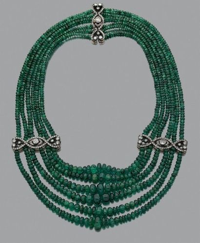 Collier «émeraude» Rangs de perles d'émeraudes...