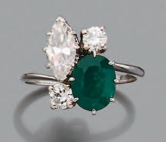Bague Emeraude ovale, diamant de taille navette...