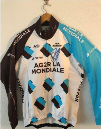 1 veste cycliste AG2R signée par Romain ...