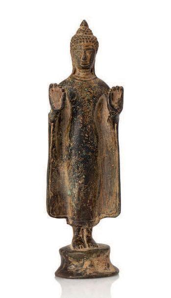 UTONG XIV-XVE SIÈCLE Statuette en bronze de belle patine, représentant Bouddha debout...