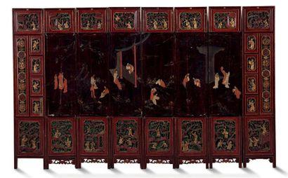 CHINE DU SUD XIXE SIÈCLE Paravent à huit feuilles, en bois laqué, la scène centrale...