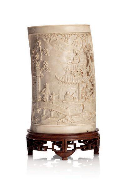 INDOCHINE VERS 1930 Vase cylindrique en ivoire, sculpté de scènes de marché, et un...