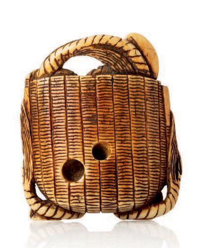 JAPON XIXE SIECLE Deux netsuke en ivoire rehaussés de brun, l'un représentant un...