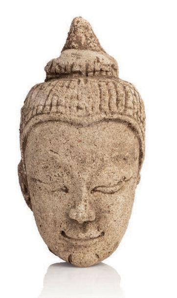 SIAM, SUKHOTHAI XV-XVIE SIÈCLE Tête de Bouddha en stuc, le visage exprimant la sérénité,...