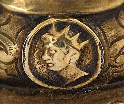 RÉCIPIENT À BOIRE en forme de caille en argent repoussé et doré, tête amovible. L'oiseau,...