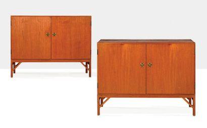 BØRGE MOGENSEN (1914-1972) Paire de cabinets dits China Chêne, laiton 94 x 122 x...
