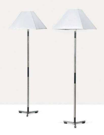 JO HAMMERBORG (1920-1982) Paire de lampadaires Acier, palissandre, tissu H.: 170...