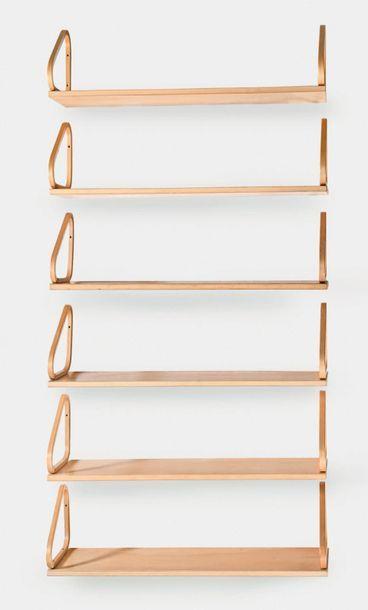 Alvar Aalto (1898-1976) Suite de 18 étagères dites 112 B Bouleau 25 x 90 x 25 cm....