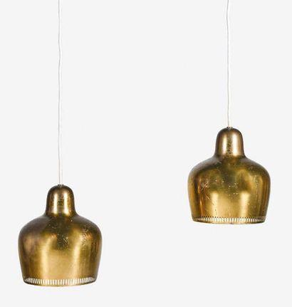 Alvar Aalto (1898-1976) Paire de suspensions A 330 dites Golden Bell Laiton 20 x...