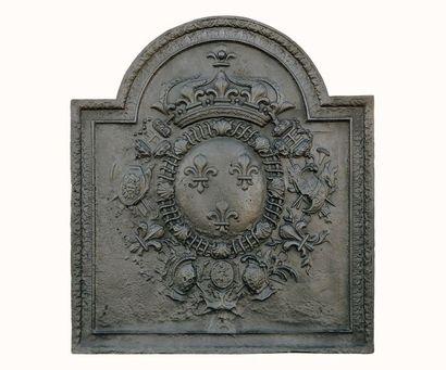 Importante plaque de cheminée en fonte à décor des Armes de France avec Colliers...