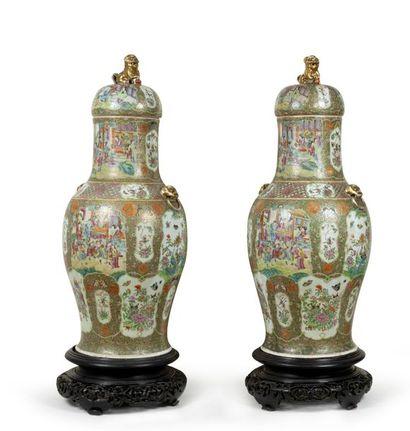 Paire de grands vases couverts de forme balustre...