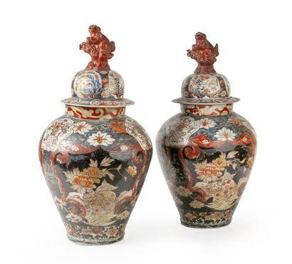Paire de potiches en porcelaine du Japon...