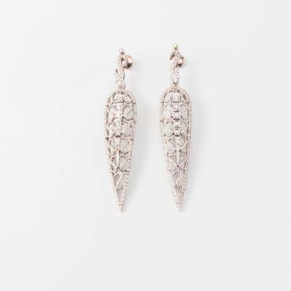 Paire de longs pendants d'oreilles en or...