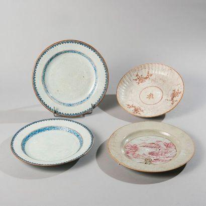 Lot composé de quatre assiettes en porcelaine émaillée bleu blanc et polychrome...