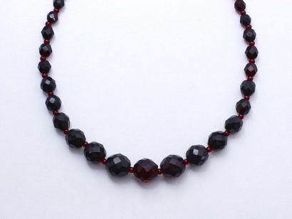 Collier composé d'un rang de perles de verre...