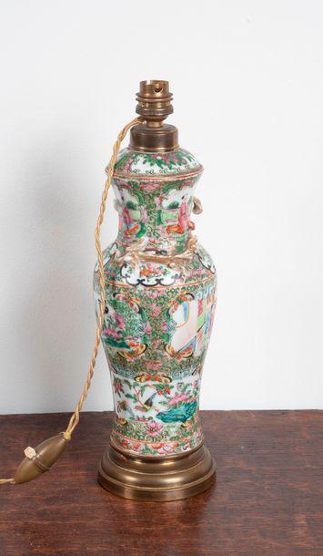 Vase balustre couvert en porcelaine de canton...