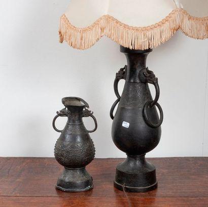 Lot de deux vases balustre en bronze à anses...
