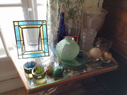 Lot de verrerie comprenant photophores, vases,...