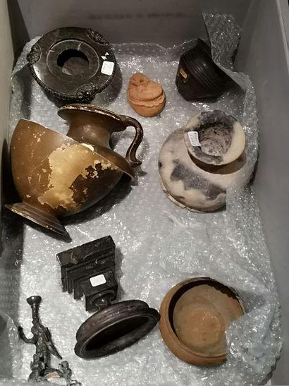Lot d'objets de style antique: terres cuites,...