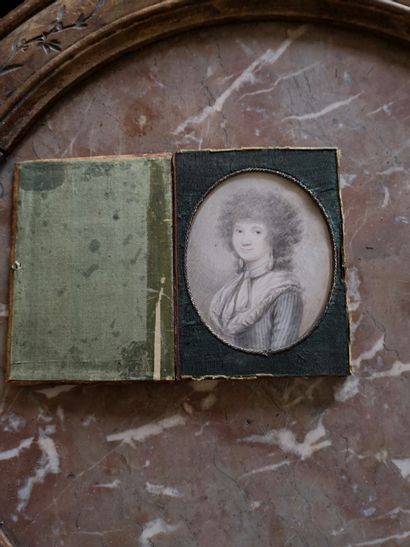 Portrait de femme en miniature ovale.  Plume...