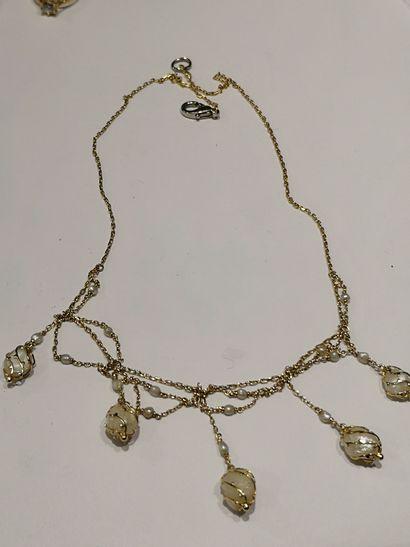 Collier draperie en or jaune et perle.  Poids...