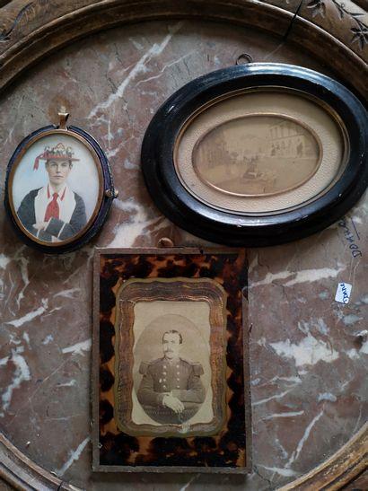 Lot de trois photos:  -un portrait sur porcelaine,...