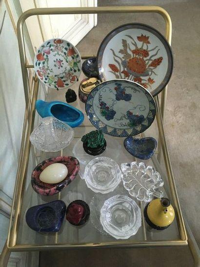 Ensemble de petits objets, assiettes en porcelaine...