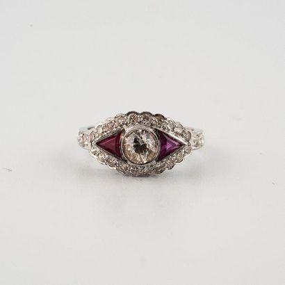 Bague or gris 18K (750°/00) ornée de diamants...