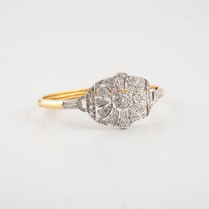 Bracelet en or deux tons 750°/00 orné d'un...