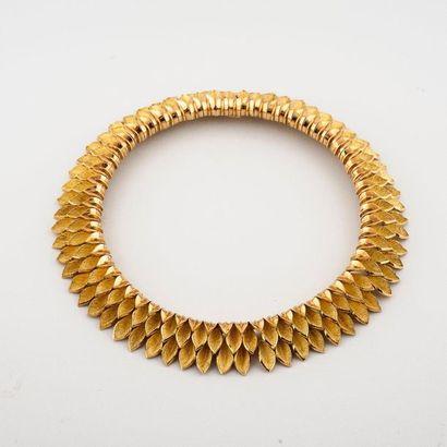 (étiqu 103) Collier ras-de-cou en or jaune...