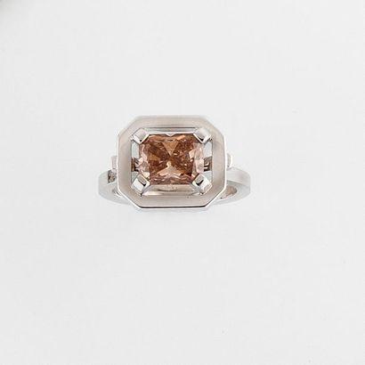 Bague or gris 18K (750°/00) sertie d'un diamant...