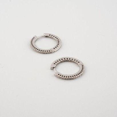 Paire d'anneaux en or blanc 750°/00 sertie...