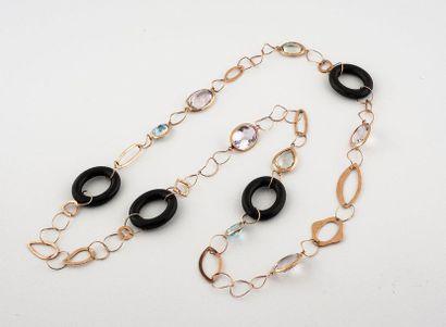 Long collier en or rose 375°/00 composé d'une...
