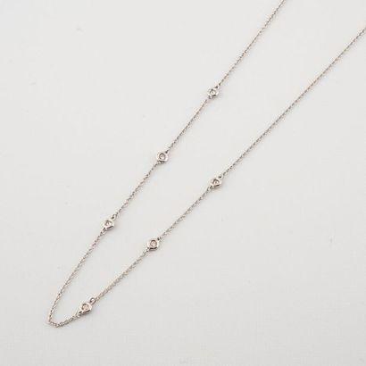 Collier en or blanc 585°/00 orné de six diamants...