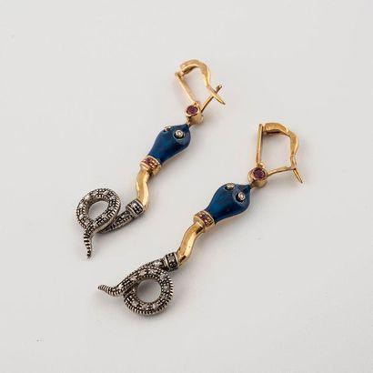 Paire de pendants d'oreilles serpents. Réalisées...