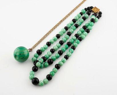 Deux colliers :  -un collier deux rangs de...