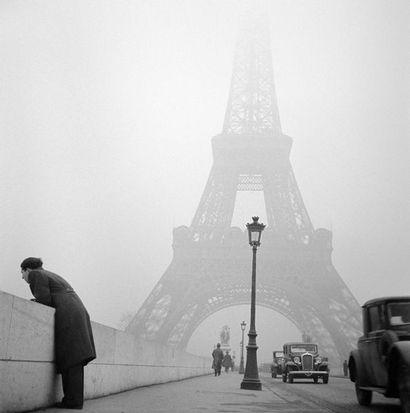 Roger SCHALL (1904-1995) La tour Eiffel dans la brume, Paris, ca. 1930  Photographie,...