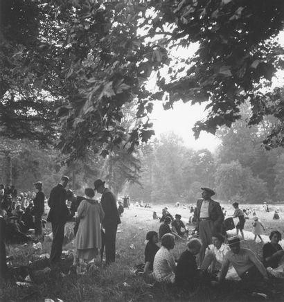 Roger SCHALL (1904-1995) Déjeuner au Bois de Boulogne, Paris, ca. 1930  Photographie,...