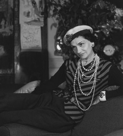Roger SCHALL (1904-1995) Chanel au Ritz, Paris, ca. 1940.  Photographie, tirage argentique,...