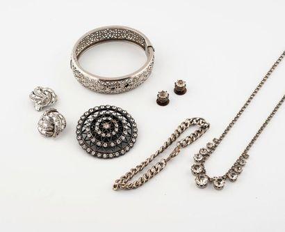 Bijoux et accessoires comprenant :  -En argent sup. 800°/00 : Un bracelet jonc ouvrant,...