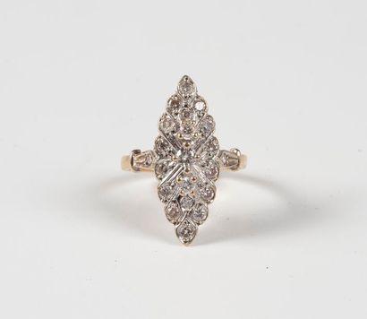 Bague marquise en or et diamants. Poids...