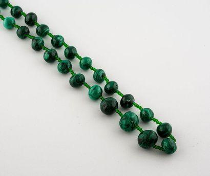 Collier en chute de perles de malachite alternées...